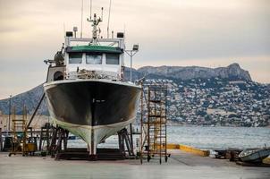 barco en el puerto