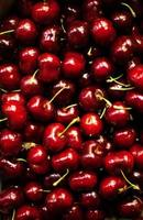 rote Süßkirschen als Hintergrundvollbild Nahaufnahme