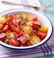 roter und gelber Kirschtomatensalat foto