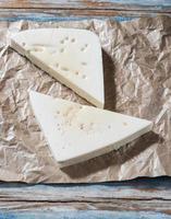 weißer Käse auf Papier foto