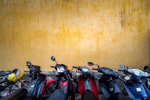 Fahrräder in der Nähe des Gebäudes mit schmuddeliger Wand geparkt. foto