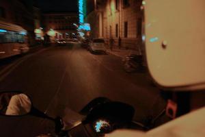 Motorradblick auf die Straßen von Rom foto