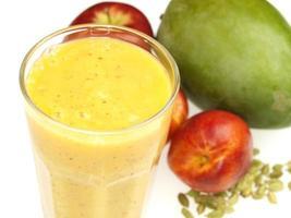 Glas frischer gesunder Frühstücksfrucht-Smoothie foto