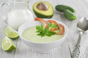 kalte Suppe mit Gurke, Avocado und Garnelen foto