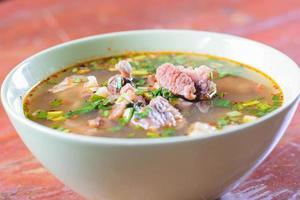 würzige scharfe und saure Suppe mit Rindfleisch