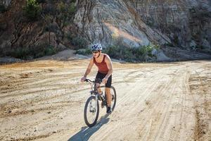 Sportler Mann, der auf einem Fahrrad fährt foto