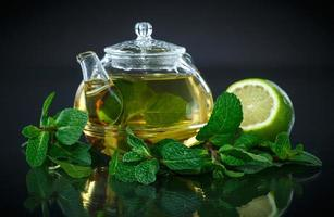Tee mit Zitrone und Minze foto