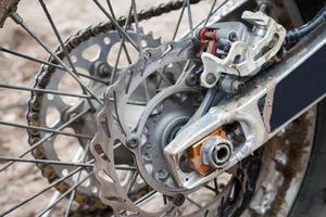 Nahaufnahmefragment des hinteren Sport-Motocross-Rades mit Bremse foto