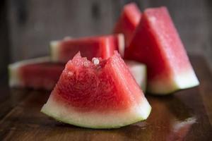geschnittene saftige Wassermelone auf Holzschneidebrett foto