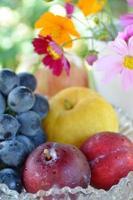 Früchte mit Kosmosblumen foto