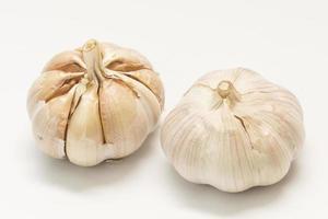 Knoblauch lokalisiert auf weißem Hintergrund foto