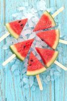 Wassermelone Eis am Stiel lecker frische Sommerfrucht süßes Dessert Holz Teak