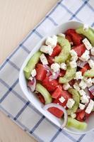 Wassermelonensalat mit Feta, Gurke und roten Zwiebeln foto