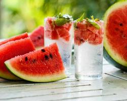 Entgiftungswasser mit Wassermelone und Minze foto