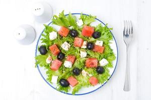 frischer Salat mit Wassermelone, Feta-Käse und Oliven, horizontal