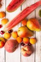 zwei Birnen und andere Früchte foto