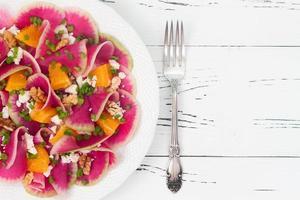 Wassermelonen-Rettich-, Orangen- und Ziegenkäse-Carpaccio-Salat foto