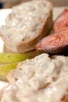 Brotscheiben mit Gorgonzola-Käse bestrichen foto
