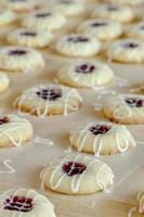 Herstellung von Himbeer-Fingerabdruck-Keksen