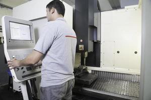 Bediener mit CNC-Drehmaschine foto