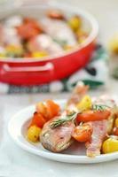 gebackene Surmullet mit Kirschtomaten, Knoblauch und Rosmarin foto