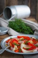 Vorspeise aus gebackenen Paprika und Zwiebeln
