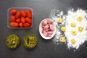 Zutaten zum Kochen von Nudeln foto