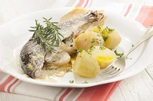 gebackene Forelle mit Kartoffeln und Rosmarin foto