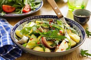 Salat mit Kartoffeln, Sardellen und Rucola. foto