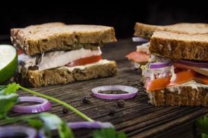 Sandwiches mit Hühnchen, Sauce und Gemüse foto