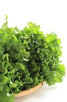 Salat auf Bambuskorb foto