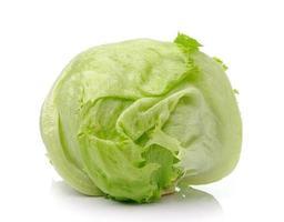 grüner Eisbergsalat auf weißem Hintergrund foto
