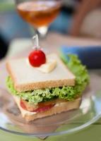 Sandwich mit Salami, Käse und Salat foto