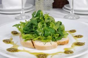 Brathähnchenscheiben mit Salat foto