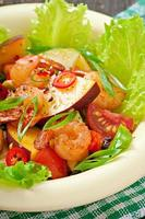 Garnelensalat mit Pfirsichen, Tomaten, Avocado und Salat