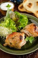 Gegrillte Hähnchenschenkel mit Minze und Honigmarinade foto
