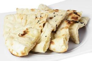 Brot mit Kreuzkümmel auf einem Teller mit einem mit Hintergrund. foto