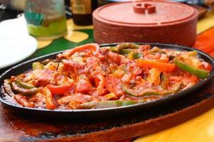 frisch zubereitete Hühnchen-Fajitas foto