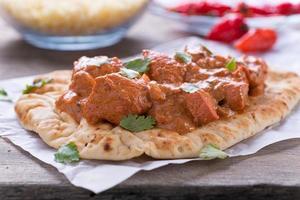 Butter Hühnchen Curry serviert auf Naan