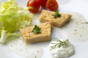 Thunfischsalat mit Gemüse. mediterrane Küche foto