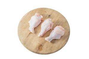 rohe Hähnchenschenkel auf weißem Hintergrund foto