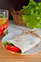Käse und frisches Gemüse Wrap Sandwich foto