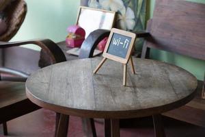 WLAN-Zeichen auf Holztisch im öffentlichen Café. natürliches Licht. foto
