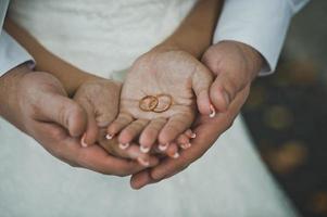 Eheringe in Händen des frisch verheirateten Paares 1929.