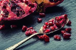 Stücke und Körner von reifem Granatapfel. Granatapfelsamen. foto