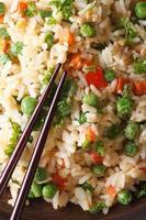 Gebratener Reis mit Ei, Erbsen, Karottenmakro vertikale Draufsicht