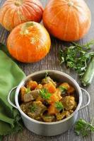 gelbes Curry mit Kürbis und Schweinefleisch. foto
