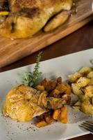 Hähnchenschenkel mit Kürbis und Ofenkartoffeln foto