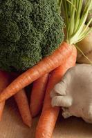 Karotten aus einem Jutesack foto
