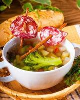 Gemüsesuppe mit salzigem Strohhalm foto